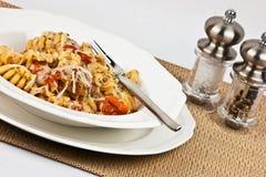 äta pasta som är klar till Royaltyfri Bild