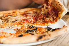 äta pizza Arkivfoton
