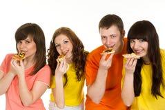 äta pizza för fyra folk Royaltyfri Fotografi