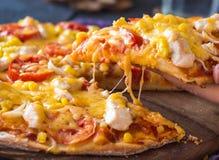 Äta pizza med höna, havre, tomater och ostdubblett, han arkivbilder