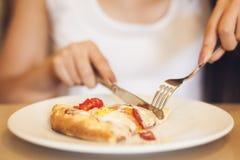 äta pizzakvinnan royaltyfria bilder