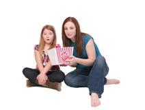 äta popcornsystrar arkivbilder