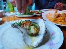 Äta rå ostron Royaltyfri Fotografi