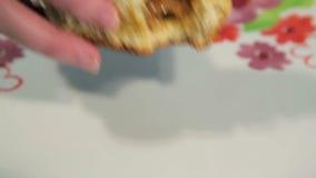 Äta ryska bakelser stock video