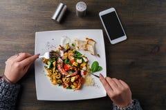 Äta sallad med bläckfisken och grönsaker pov Royaltyfria Bilder