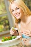 äta salladkvinnan arkivbild