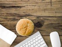 Äta skräp och arbeta Arkivbild