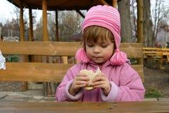 äta smörgåsar Arkivbild