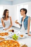 Äta snabbmat äta vänpizza Registreringsapparat och korpsvart Fritid Cel royaltyfria bilder