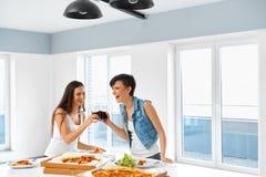 Äta snabbmat äta vänpizza Registreringsapparat och korpsvart Fritid Cel royaltyfri fotografi