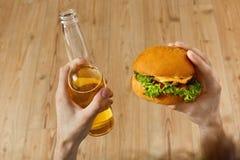 Äta snabbmat Hamburgare och öl Matställe på restaurangen Nutr Royaltyfria Foton