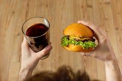 Äta snabbmat Hamburgare och exponeringsglas av sodavatten Matställe näring Fotografering för Bildbyråer