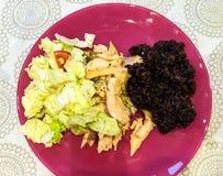 äta som är sunt Ångade fiskfiléer och svarta ris Royaltyfri Fotografi