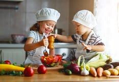äta som är sunt Lyckliga barn förbereder grönsaksallad i kitc fotografering för bildbyråer