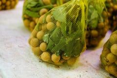 Äta som ska köpas i en vietnamesisk supermarket arkivfoton