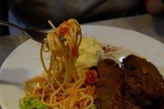 Äta spagetti genom att använda övning royaltyfria foton