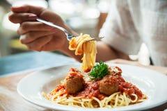 äta spagettikvinnan Royaltyfri Foto