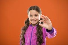 Äta sunt bantar Näringsrikt banta hjälpkroppen från insidan - ut Flicka med långa fingrar för hårhållpiller Vitaminbegrepp royaltyfri bild