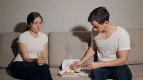 Äta sushi tillsammans arkivfilmer