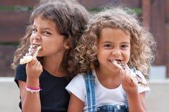äta systrar Arkivfoton
