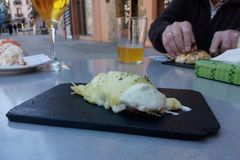Äta tapas i San Sebastian, Spanien Royaltyfri Bild