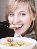 äta unga soupkvinnor Royaltyfri Bild