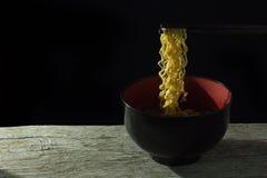 Äta varma nudlar, den svarta bakgrunden, läcker svart för ögonblickliga nudlar Arkivfoton