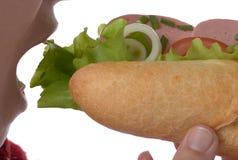 Äta varmkorvcloseupen arkivfoto