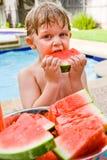 äta vattenmelonen Arkivbilder