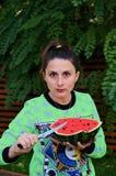 Äta vattenmelonen Arkivbild