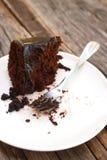 Äten hem gjord chokladkaka med chokladsås på vita plommoner Royaltyfri Fotografi