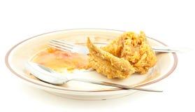 Äten stekt kyckling på den vita bakgrunden Arkivfoton