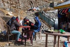 Äter bärande lag för folk och mat i bymarknad i vinter på Gangtok, Sikkim india Royaltyfria Foton