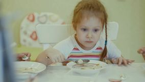 Äter barn på tabellen hemma Arkivfoton