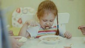 Äter barn på tabellen hemma Arkivbilder