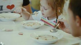 Äter barn på tabellen hemma Royaltyfri Bild