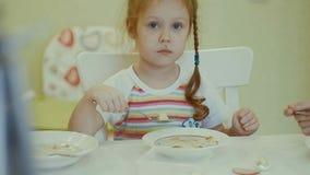Äter barn på tabellen hemma Arkivbild