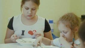 Äter barn på tabellen hemma Royaltyfria Foton