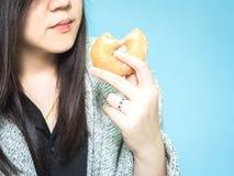 Äter den asiatiska kvinna30-tal för främre sikt till 40-talhanden med torkdukehållen och Royaltyfria Foton