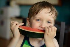 Äter den lyckliga pysen för förskolebarnet en vattenmelon Arkivbilder