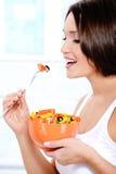 äter den nya flickasalladgrönsaken Arkivfoton