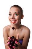 Äter den roliga kvinnan för leendet en av moget Cherry två Arkivbilder