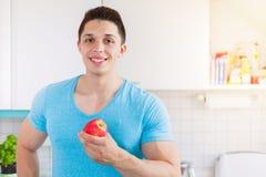 Äter den sunda äta unga mannen för Apple frukt copyspace Arkivbilder