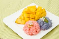 Äter den tropiska efterrätten för thailändsk stil, klibbiga ris Arkivfoto