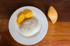 Äter den tropiska efterrätten för thailändsk stil, limaktiga ris med mango Arkivfoton
