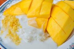 Äter den tropiska efterrätten för thailändsk stil, limaktiga ris med mango Arkivbild