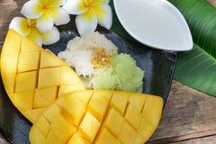 Äter den tropiska efterrätten för thailändsk stil, limaktiga ris med mango fotografering för bildbyråer