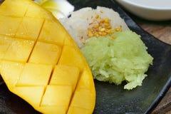 Äter den tropiska efterrätten för thailändsk stil, limaktiga ris med mango Royaltyfria Foton