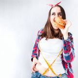 Äter det feta kvinnabegreppet för sjuklig mat, den hungriga flickan XXL dålig mat, Fotografering för Bildbyråer