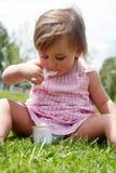 äter flickagräs little sittande yoghurt royaltyfri foto